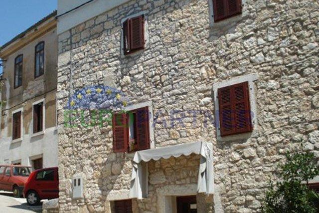 Kamena kuća u starom dijelu grada Višnjan