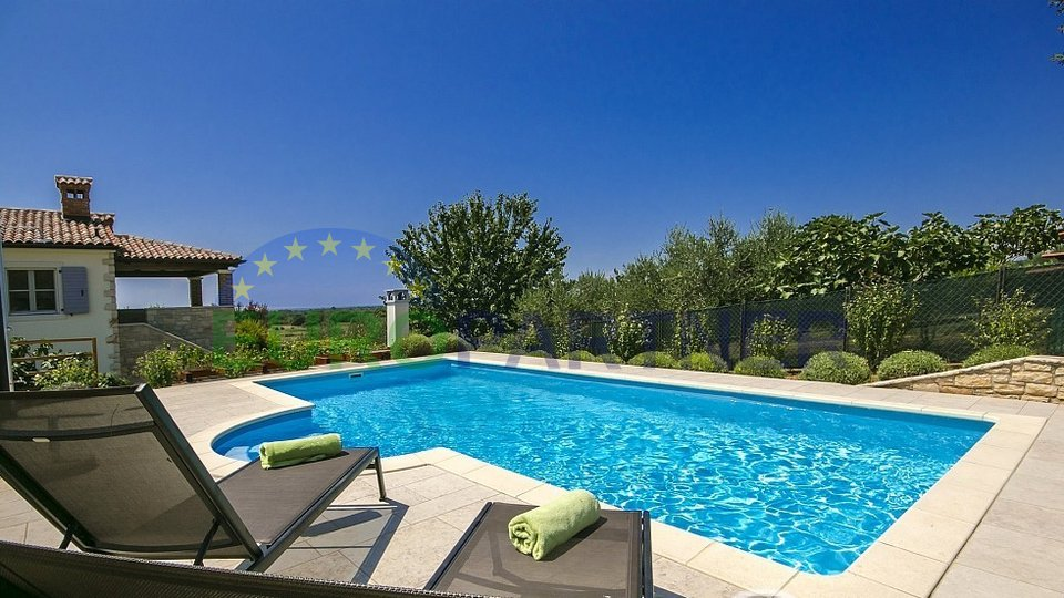 Mediterrane Villa - Doppelhaushälfte , jeder Teil der Villa mit eigenem Pool und separatem Eingang
