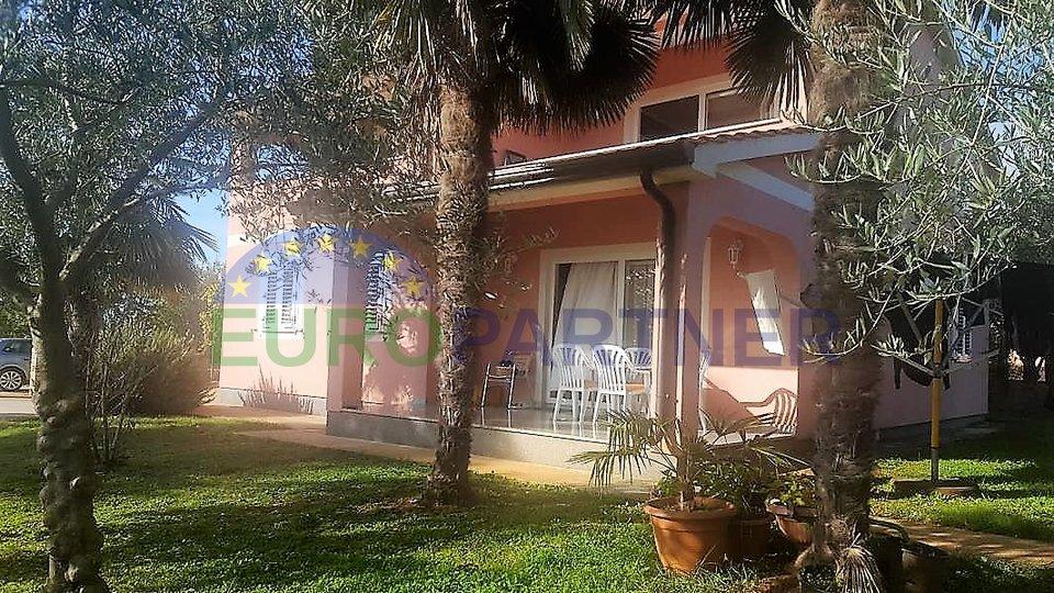 Šarmantna kuća okružena zelenilom!