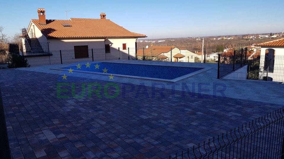 Neubau!  Familienhaus mit Pool