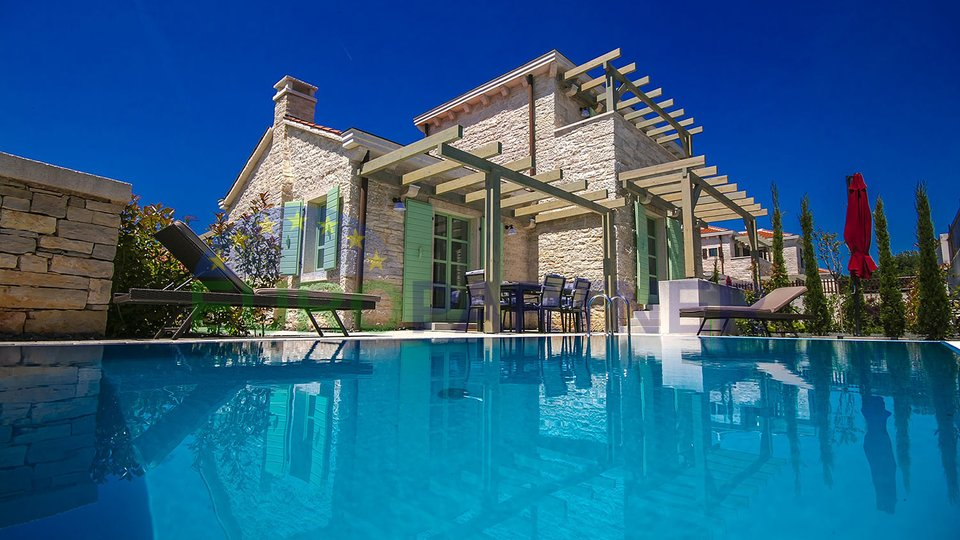 Luxurious villa with swimming pool, only 2 km from the sea