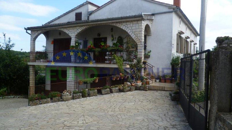 Due case con giardino comune