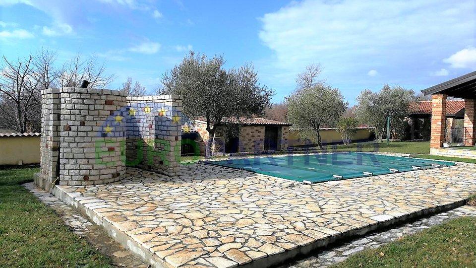 Kamena kuća s bazenom nedaleko od Poreča