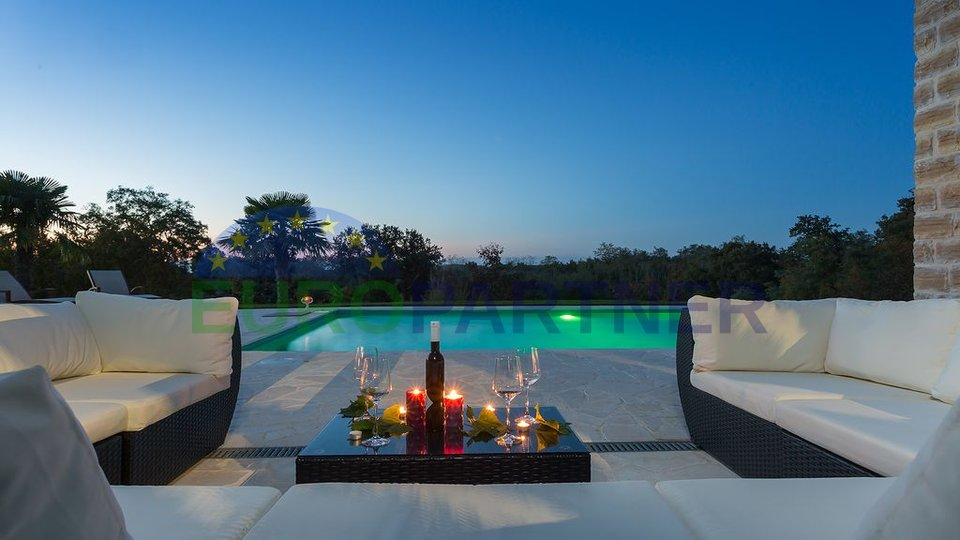 Prekrasna kamena vila sa bazenom i ogromnom okućnicom na jedinstvenom položaju