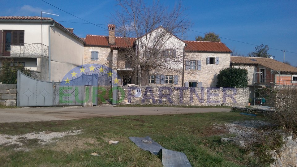 Eccellente, casa in pietra completamente rinnovata con ampio giardino