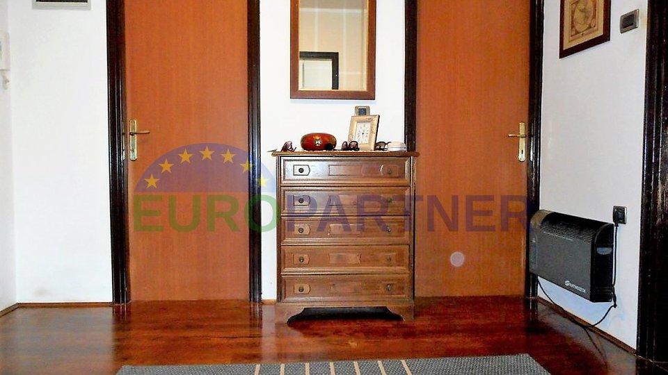 Stan u centru Poreča, 3 spavaće sobe, 100 metara od mora