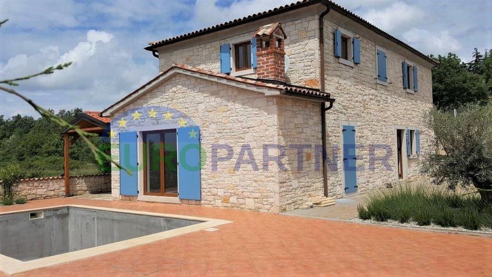 Casa in pietra con piscina ad una distanza di 4 km dalla città e dal mare