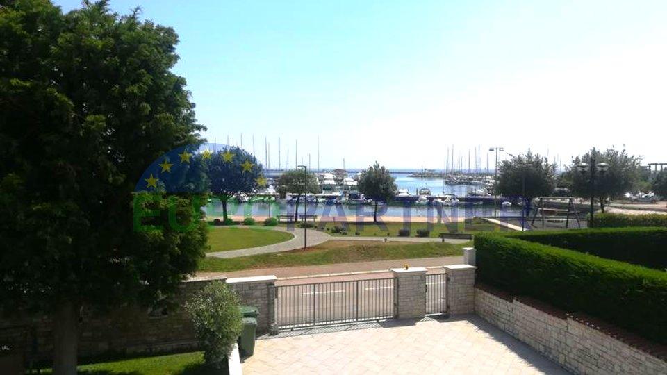 Spaziosa villa con piscina prima fila al mare, Umago