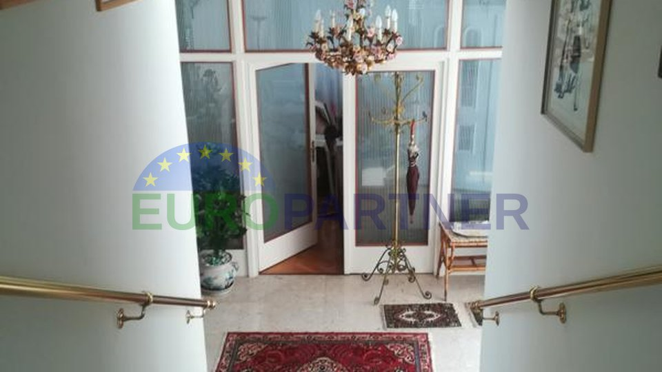 Spacious villa with swimming pool first row to the sea, Umag