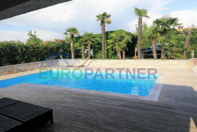 Luksuzni stan s vrtom od 500m2 i bazenom
