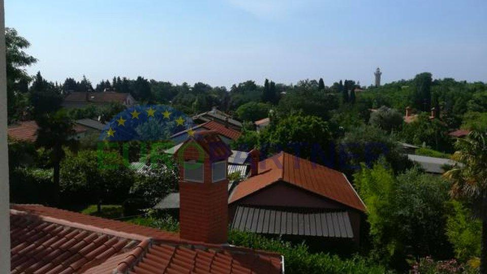 Vila okružena zelenilom u samoj blizini mora