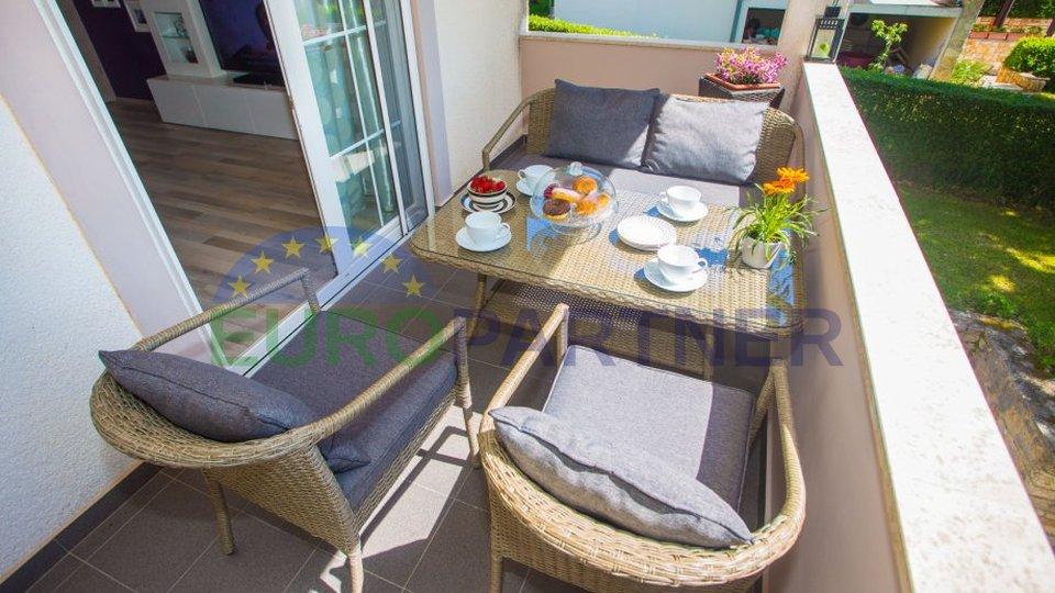 Bellissima casa bifamiliare con giardino, a 6 km dalla città di Parenzo