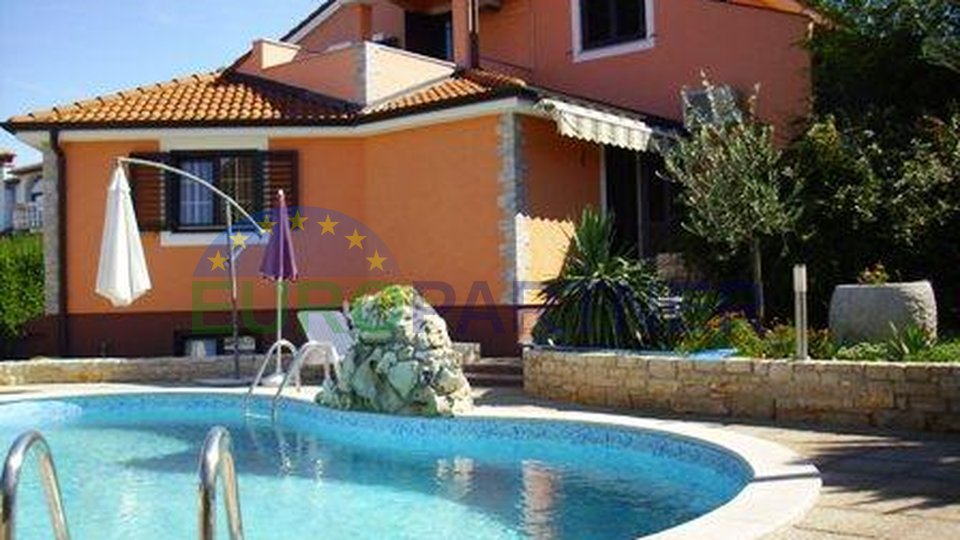 Casa con due appartamenti separati e una piscina