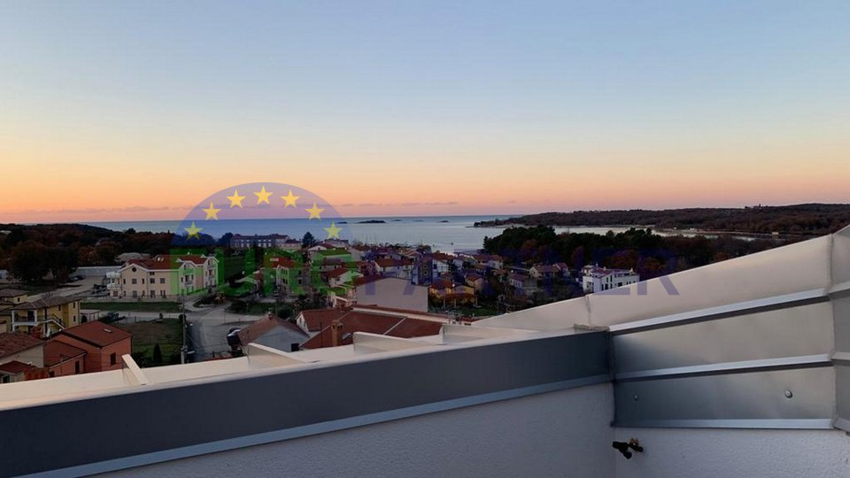 Flat on the top attic of stone house with roof terrace, sea view