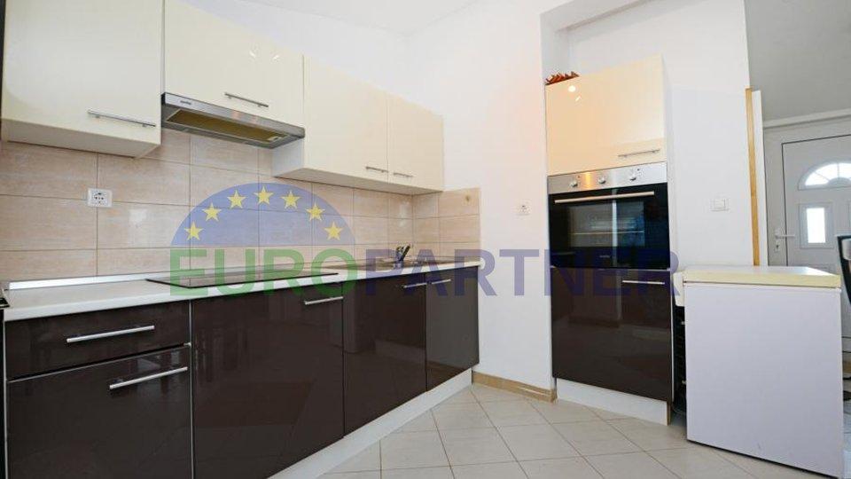 Obiteljska kuća sa tri apartmana udaljena 3,5km od grada Poreča