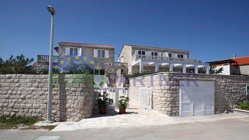 Tradicionalne dalmatinske kamene kuće prvi red do mora