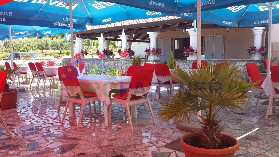 Casa spaziosa e affascinante con appartamenti, ristorante e parcheggio per 35 macchine- vista sul mare-Tar