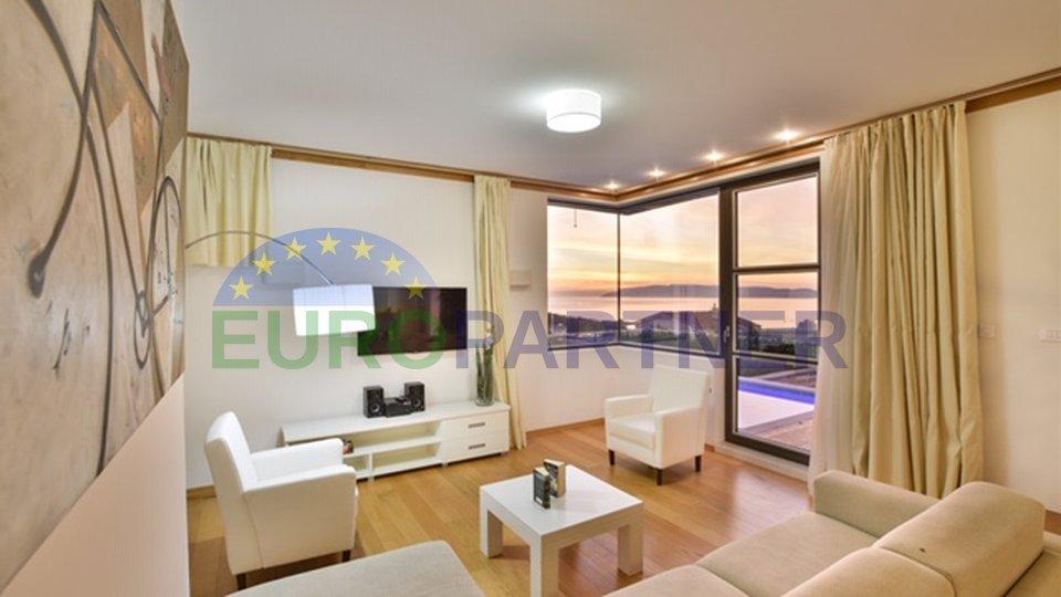 Moderna vila nedaleko od centra Makarske sa otvorenim pogledom na more i grad