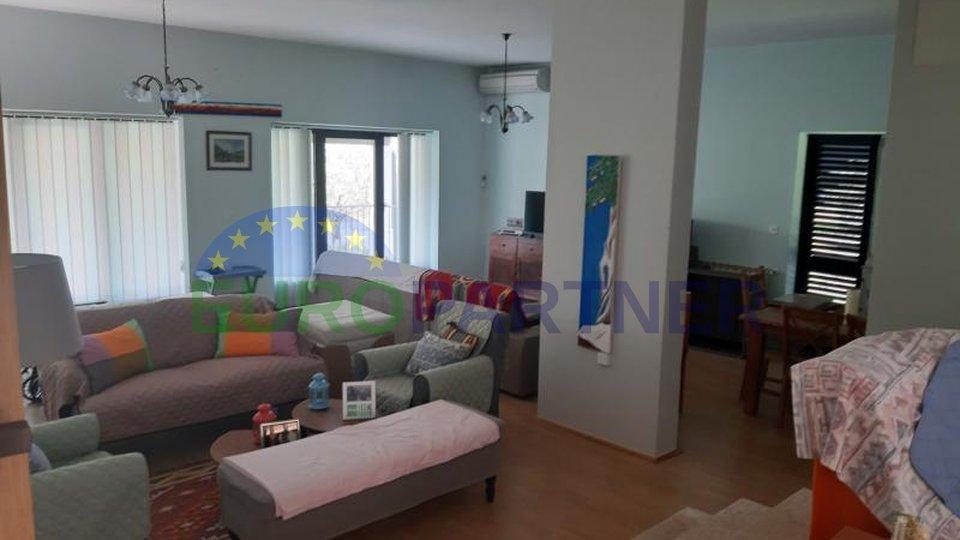 Prostrana obiteljska kuća sa 4 apartmana