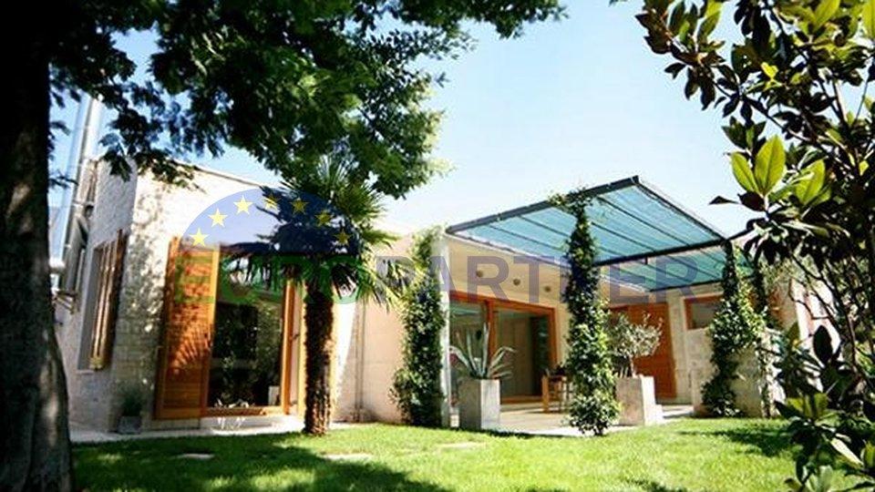 Dizajnerska vila moderne arhitekture i dizajna na atraktivnoj lokaciji 350 m od mora u Novigradu