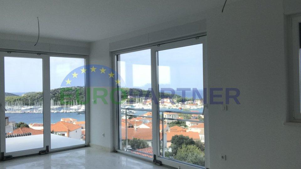 Novi stanovi u centru Rogoznice, samo 100 metara od mora