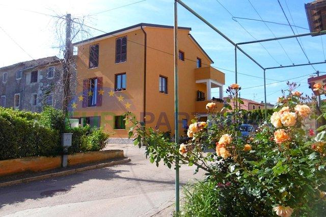 Kuća s vrtom u centru urbanog naselja