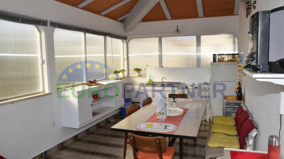 Prilika za investitore! Obiteljska kuća sa dva odvojena stana