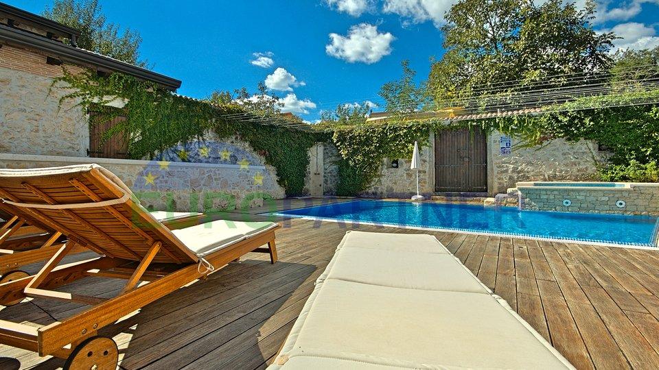 Luksuzna kamena vila sa bazenom,