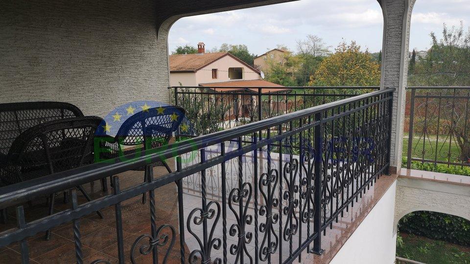 Obiteljska kuća sa dvije odvojene stambene jedinice, bazenom i prostranim dvorištem, Poreč