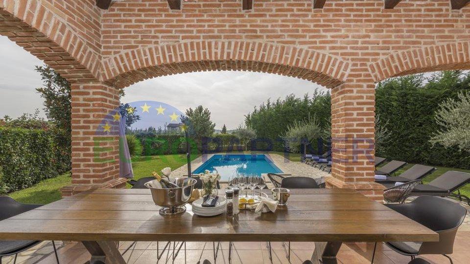 Prekrasna kamena vila sa bazenom i velikim vrtom
