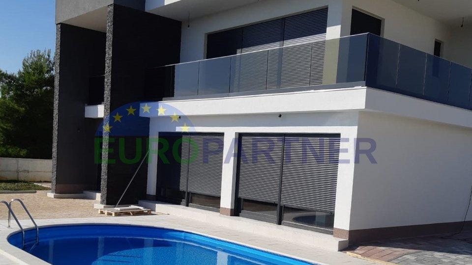 Moderna vila s bazenom i  pogledom na more