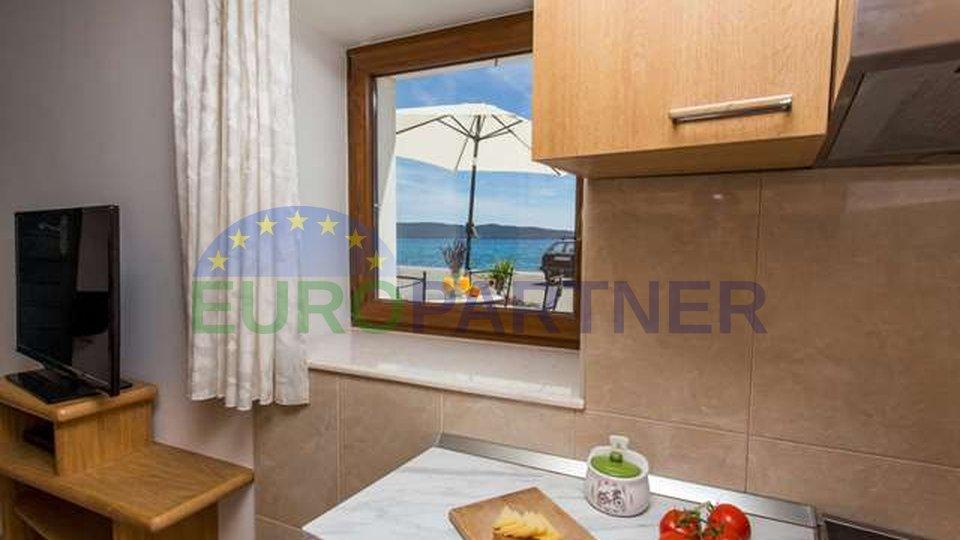Autentična dalmatinska kamena kuća u prvom redu uz more