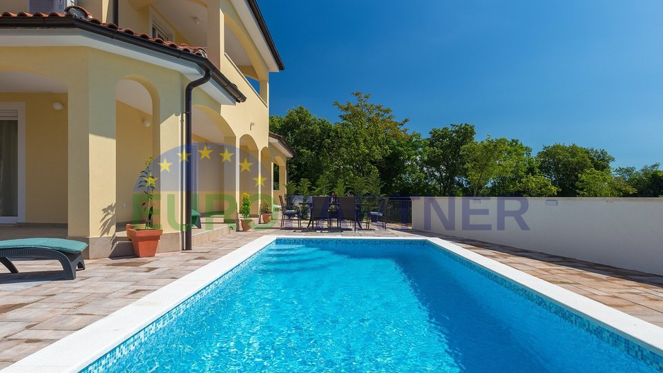 Hous with pool and two residential units, near Pula 3km from the sea