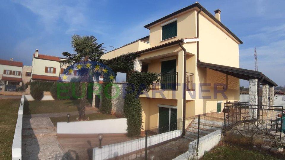 Una bella casa immersa nel verde, situat a 7 km dal centro della città Parenzo