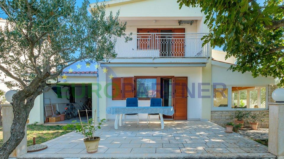 Casa indipendente con ampio cortile, Peroj