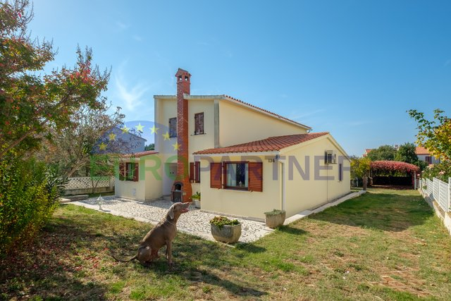 Detached family house with spacious yard, Peroj