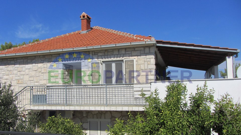 Casa indipendente con tre unità abitative, a 150 m dal mare sull'isola di Solta