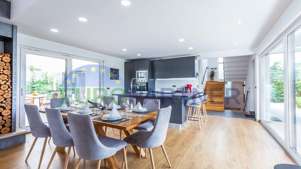 Elegante neue Villa mit Pool moderner Architektur