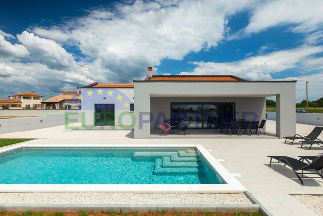 New ground floor house with pool near Pula