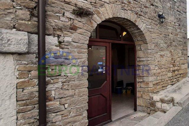 Renovirana autohtona kuća u srcu Motovuna, sa poslovnim prostorom