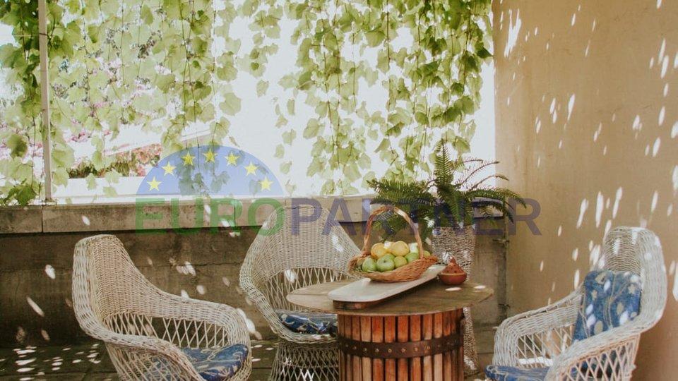 Trosobni stan sa vrtom, u gradu, u mirnom predjelu