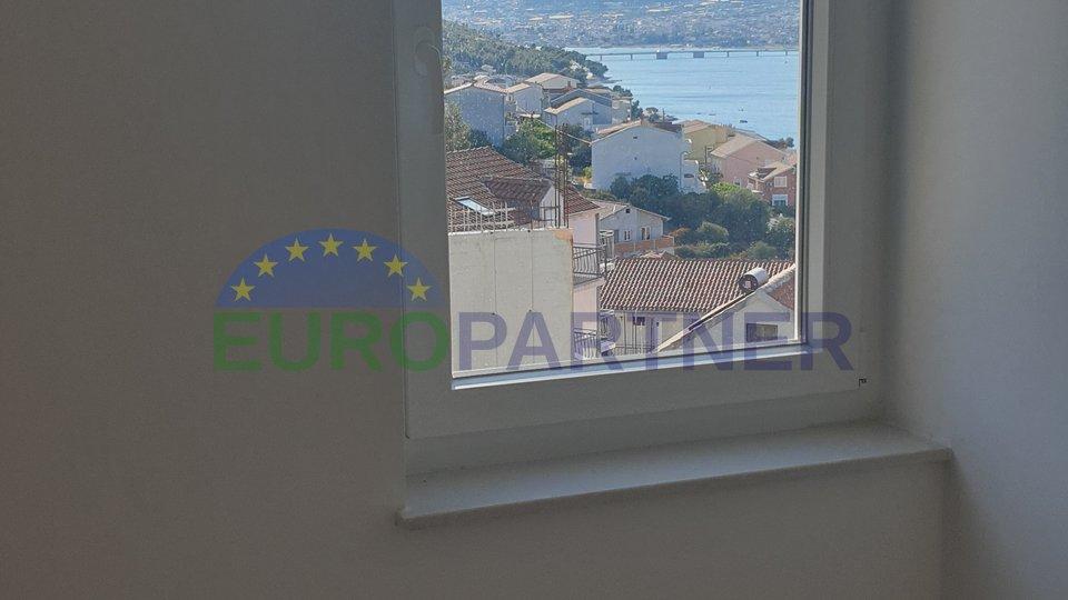 Stan u prizemlju sa prekrasnim pogledom na more i Trogir