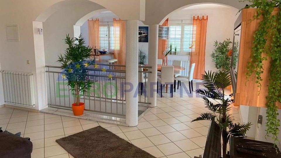Obiteljska kuća s bazenom i panoramskim pogledom na more