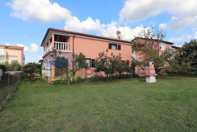 Uređena dvojna apartmanska kuća s prekrasnim vrtom i garažom u blizini Poreča