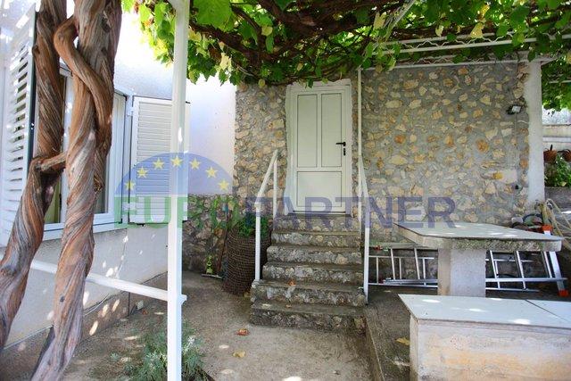Kuća s 3 apartmana na šarmantnom dalmatinskom otoku
