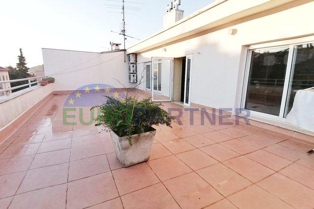 Stan sa terasom 57 m2, garažom i podrumom