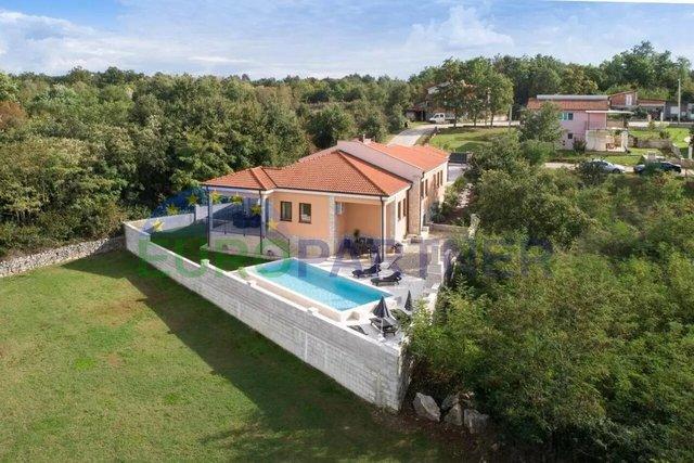 Lijepa kuća sa tri  spavaće sobe, i bazenom u istarskom selu u blizini Poreča