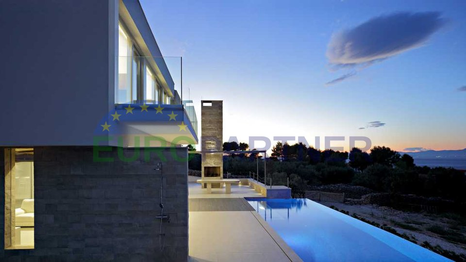 Villa moderna con vista mare
