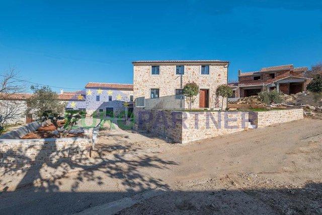 Dvije prekrasne nove kamene kuće svaka sa svojim dvorištem i bazenom