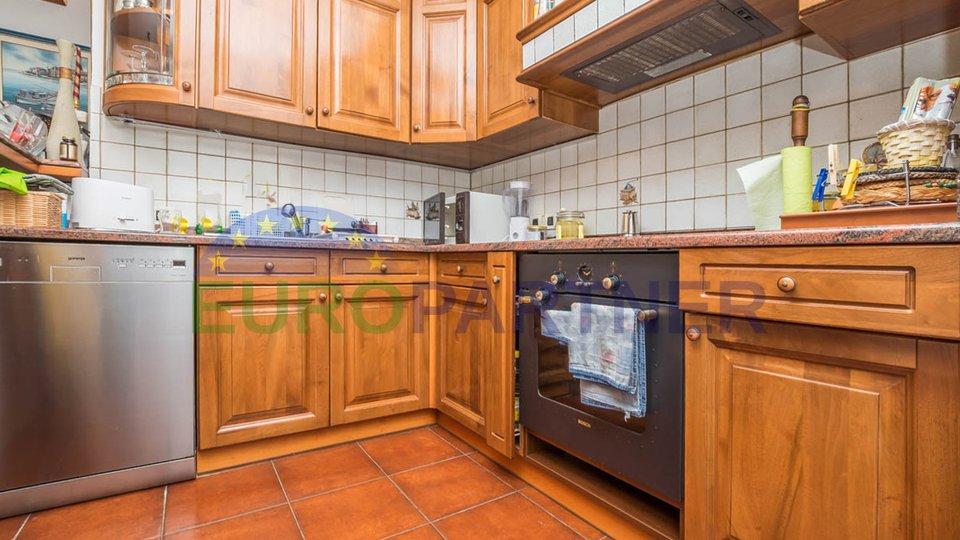 Umag - obiteljska kuća s dva odvojena stana 1,5 km od mora
